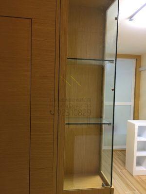 客人在客廳的訂造傢俬有: 隱形門/ 客廳貯物櫃/ 飾物櫃/ 書櫃