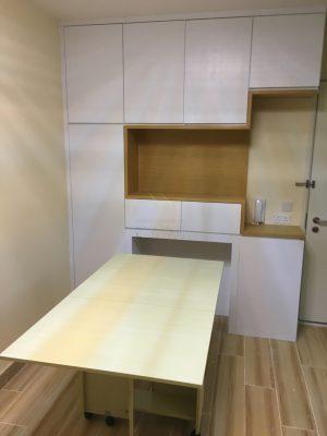 客人在客廳的訂造傢俬有: 隱形餐枱/ 客廳貯物櫃/ C字櫃/ 客廳儲物櫃/ 餐檯