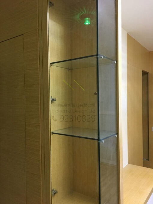 客人在客廳的訂造傢俬有: 隱形門/ 客廳貯物櫃/ 飾物櫃