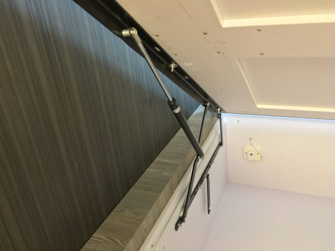 地台床的油壓撐及保護突然下跌的裝置