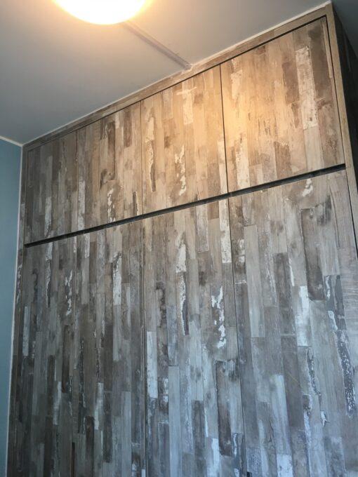 客人在睡房的訂造傢俬有: 雙面櫃/ 間房櫃/ 睡房貯物櫃/ 衣櫃