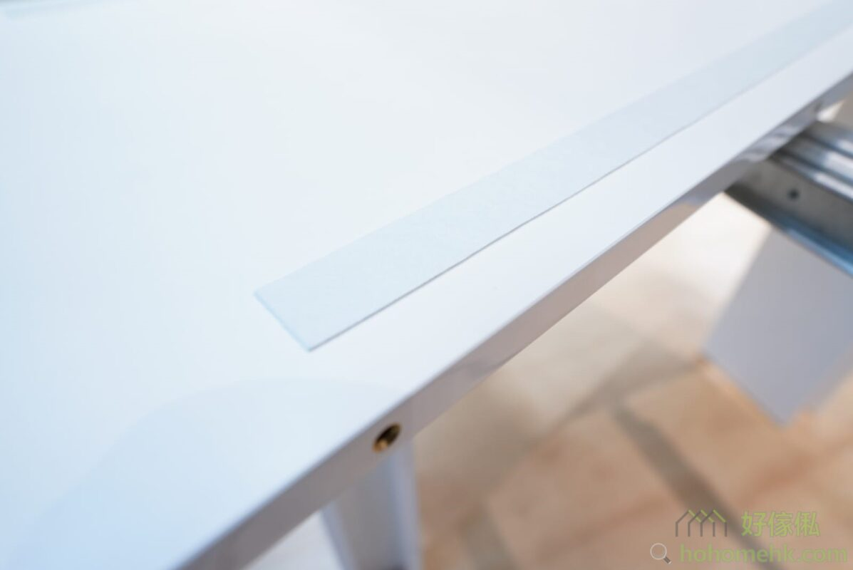 枱面板底部有保護棉條,防止枱面板和軌導之間互相摩擦