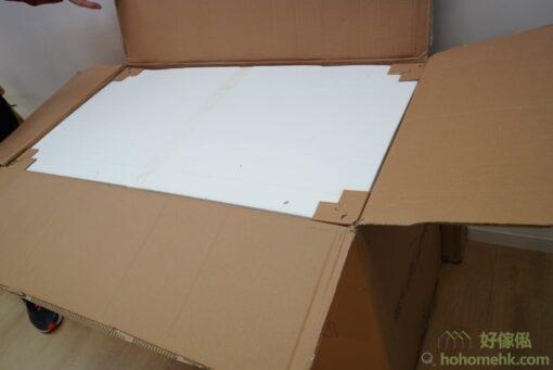 打開包裝後就會見到一層厚厚的發泡棉,包護好伸縮桌。發泡棉會有硬紙角保護