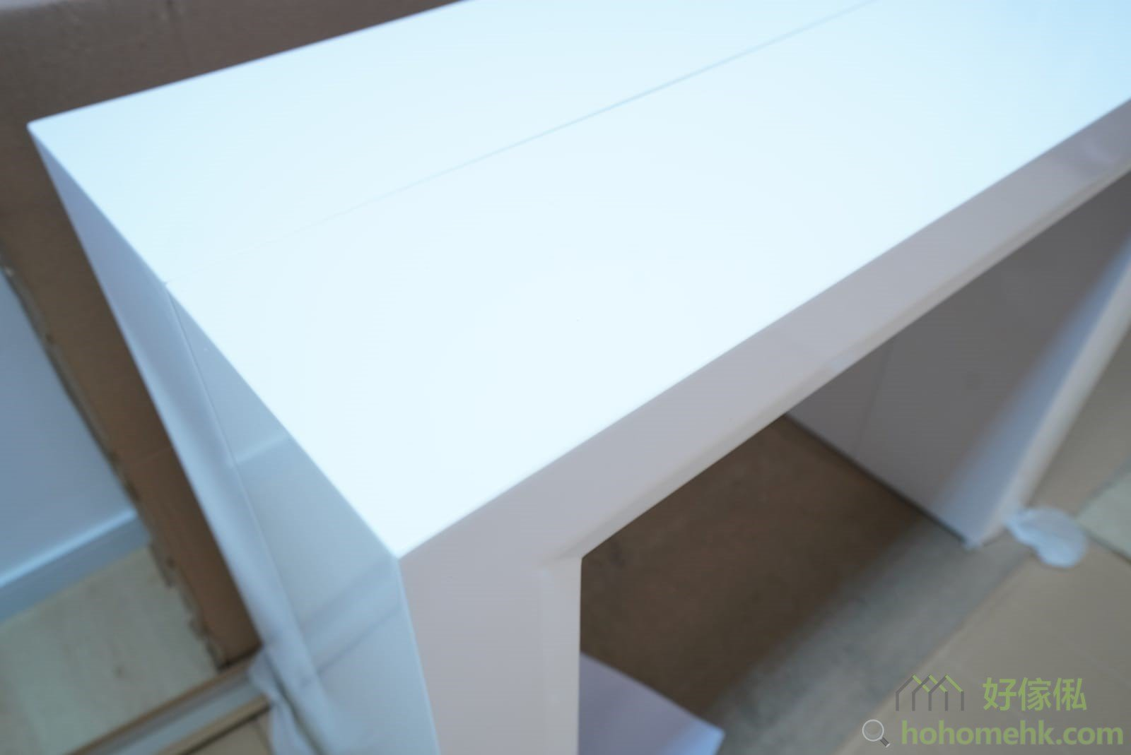 白色鋼琴漆伸縮餐桌的邊角位