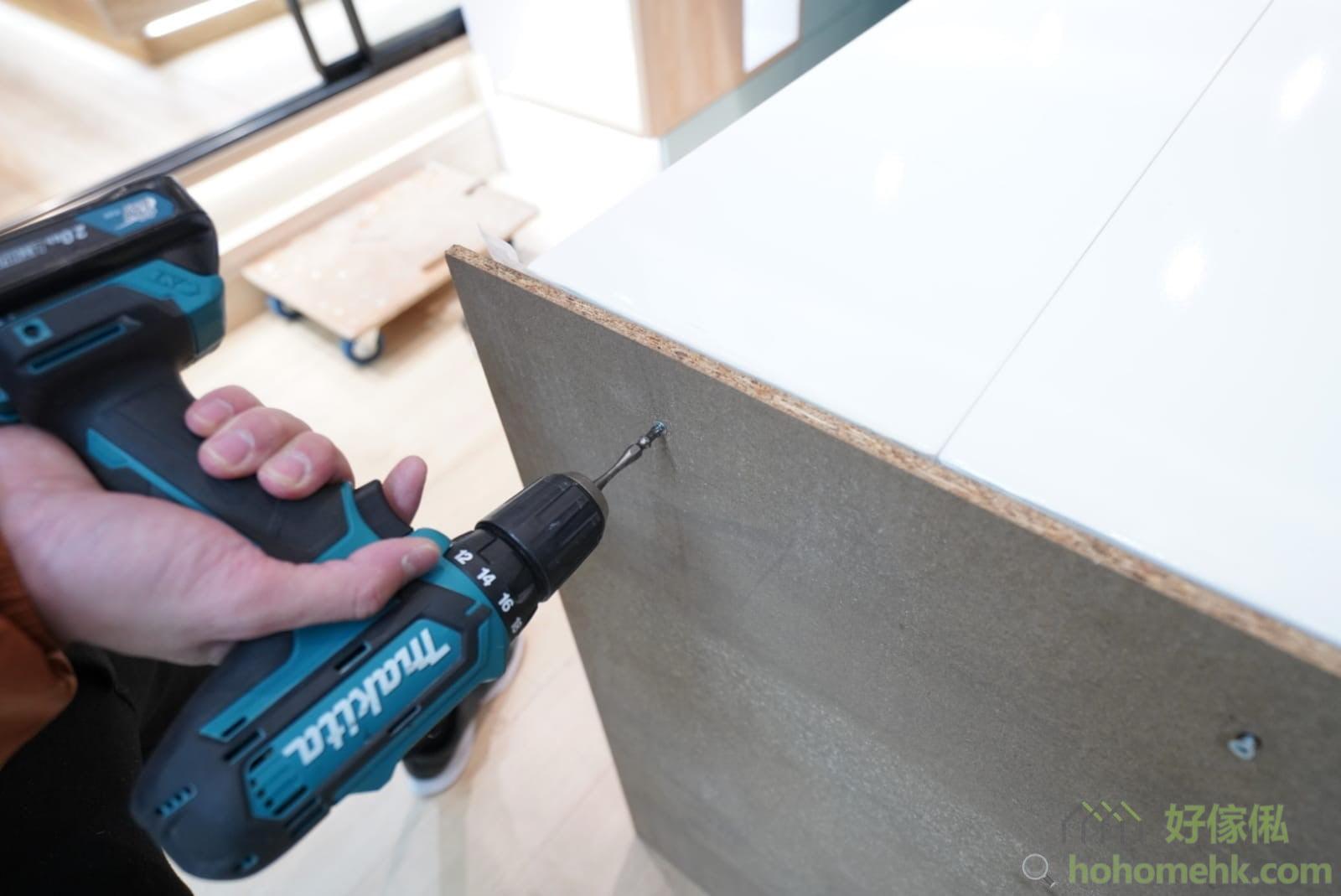 把包裝的餐桌底板用螺絲批拆除