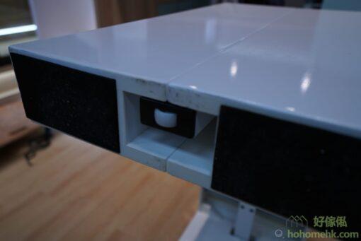 桌的底部有海棉和滑輪,保護木地板