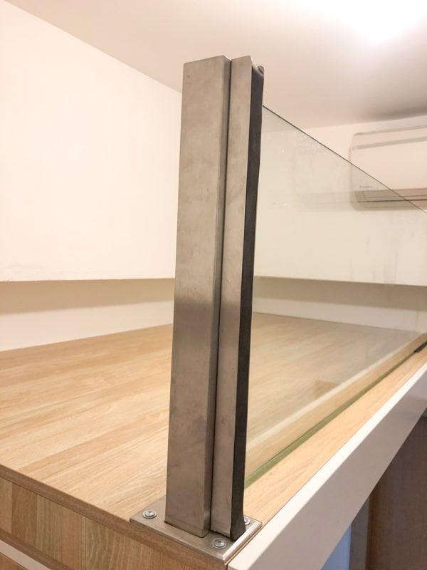 閣樓的不鏽鋼扶手連玻璃圍板