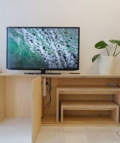 和閣樓相連的電視櫃,內藏了兩張茶几,可以用來招呼朋友。