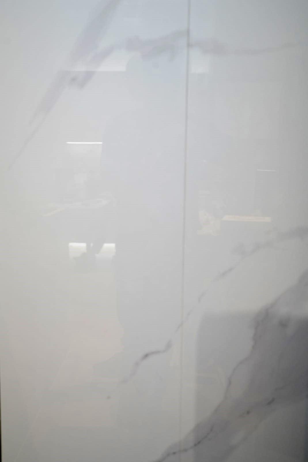 我們的背景牆做了一塊大雲石紋岩板,但由於電梯的限制,指細看還是會有輕微的接縫。
