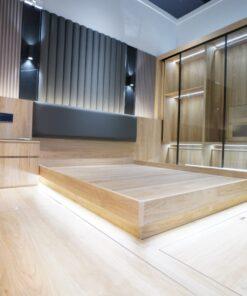 榻榻米地台,建立超強的儲物空間。配合清玻璃衣櫃趟門,房間空間感十足。