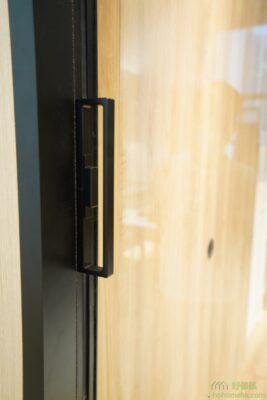 鋁框趟門的把手。