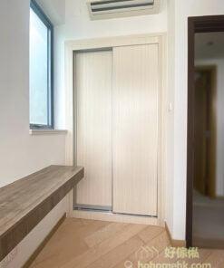 入牆式衣櫃採用貼近牆身的顏色, 可令睡房看起來比較寬敞
