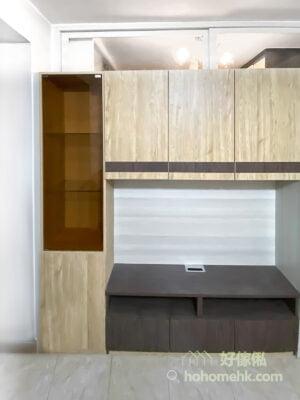 電視櫃採用混色設計,令櫃身更有造型感,而茶色玻璃櫃門讓物品顯得若隱若現,更富質感