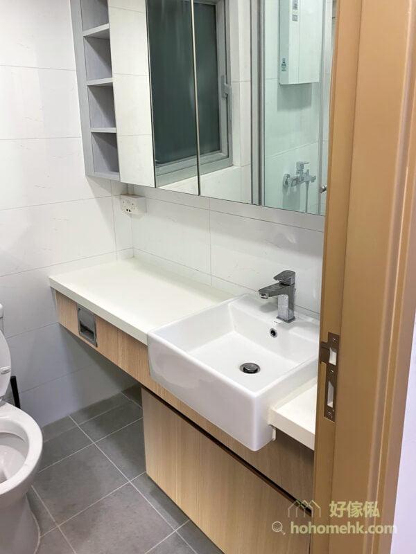 浴室的鏡櫃, 面盤及地櫃, 溫潤木質色調, 融入自然休閒品味