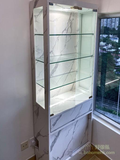 客廳的大理石紋飾物櫃