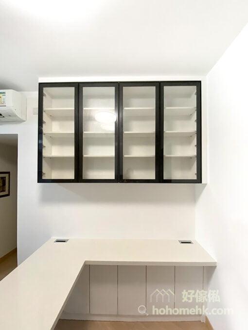 客廳的玻璃飾物櫃,玻璃材質提升視覺效果
