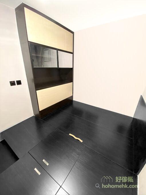 睡房的黑色地台床連衣櫃, 米色牆身及衣櫃門, 平衡擠迫感