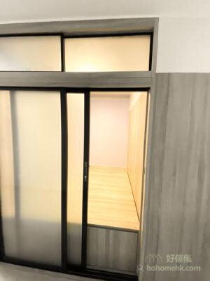 【間房篇】客廳間出萬用房,同時柔和的光線從間房透出客廳,這樣的間接光源也可以為客廳營造不一樣的氣氛。