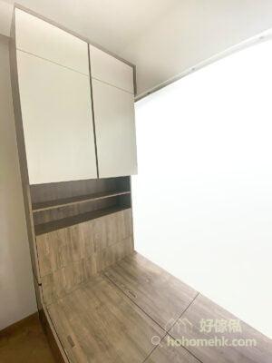 睡房裡的地台床連衣櫃