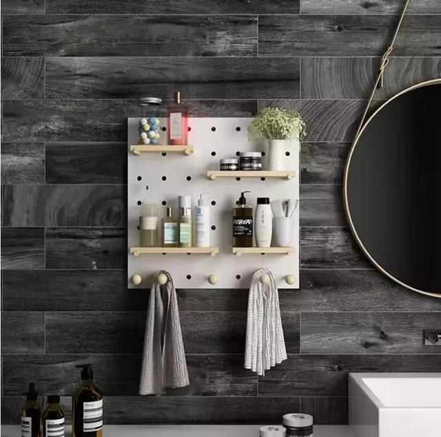 在睡房牆上安裝一塊洞洞板,既可收納零碎的小物件,又有裝飾的用途