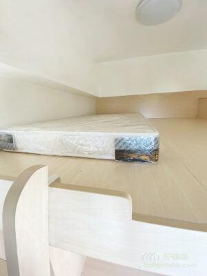 客廳閣樓, 善用空間打造出雙層生活空間,將床褥推到貼牆的位置,遠離圍欄,會使有少許畏高的用家使用閣樓時倍感安心。