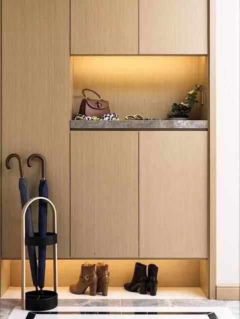 運用燈光增添鞋櫃輕盈感