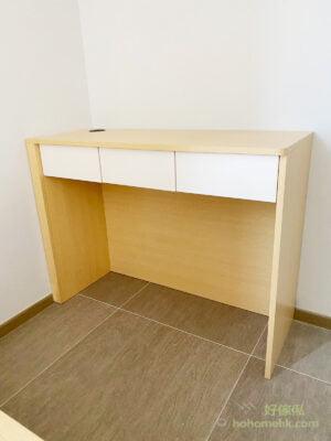 簡單的書枱設計,配上吊櫃做書櫃,牆身大面積的留白可以令空間感更大,也就不會有累贅的感覺。