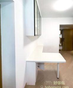 除了玻璃飾物櫃和儲物櫃外,只要加一張L形枱,馬上成為一個獨立的空間,可以當作開放式工作區域,或者輔助廚房功能的小水吧和咖啡角,令空間用途變得更靈活。