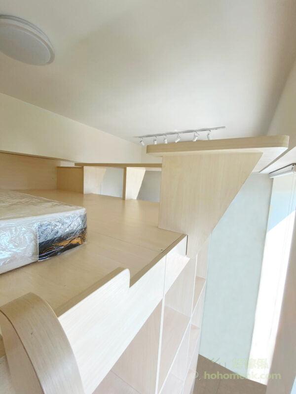 客廳閣樓, 善用空間打造出雙層生活空間, 位於閣樓上層的圍欄,同時兼具書枱功能