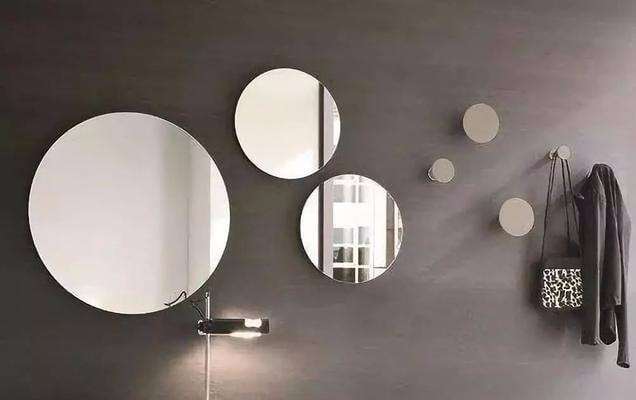 如果想讓你的家有一種藝廊的感覺,可以收集不同形狀或是款式的鏡子,將它們排列在牆上形成畫廊風格或幾何圖形。