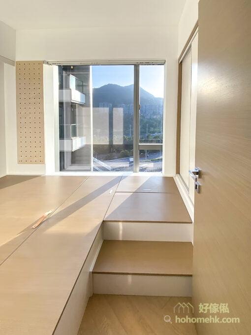 睡房地台床連衣櫃設計, 木色傢俬變出療癒的空間