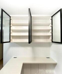 客廳的玻璃吊櫃配座地儲物櫃,上輕下重,令空間感增加,同時可以兼顧展示和收納的需要