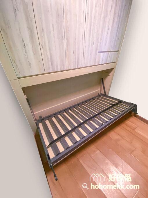 睡房內的變形側翻床