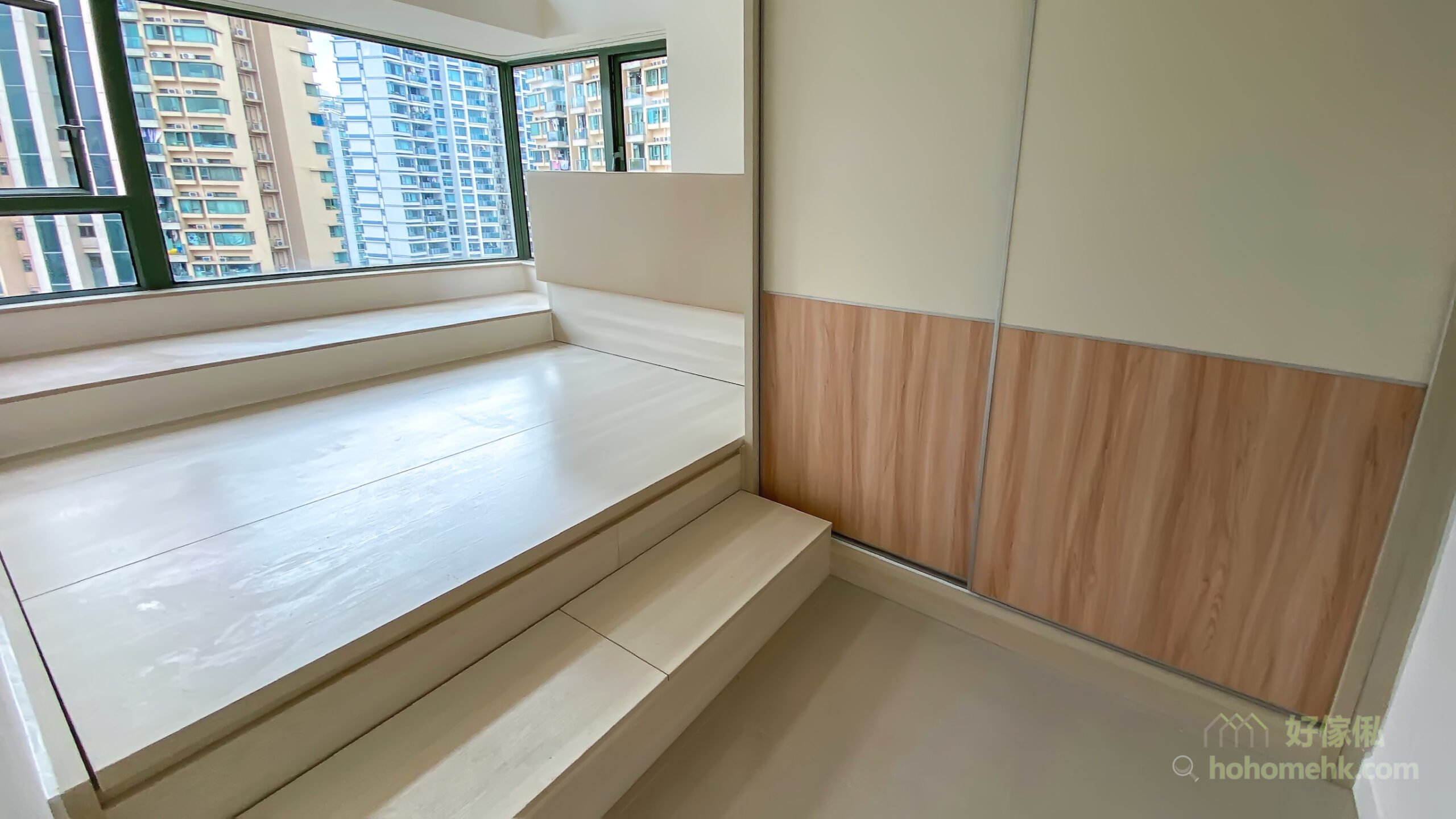 半地台睡房, 地台床連衣櫃設計, 半地台設計在視覺上比全地台設計更有變化和設計感,可以明確劃分兩個空間之餘,不用擔心整個空間都一式一樣