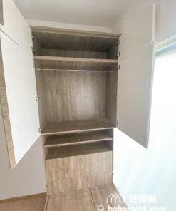 睡床床尾的儲物櫃, 中間的開放式層架可作展示之用, 而最頂的雙門衣櫃選用白色板材做櫃門可以減少壓迫感