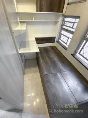 間房牆、趟門和層架以白色及淺灰為主,有助反射光線,空間感增加,配搭少量的深木色作點綴,令空間更有層次感,而地台床選用深木色亦更耐髒