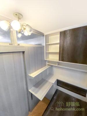 間房空間不大,但充份利用垂直空間將地台、床頭櫃、吊櫃及書架井然有序地擺放,不會造成過份的壓迫,亦有非常充足的儲物空間