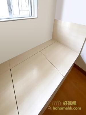 睡房裡的上下格床/L形床/組合床連衣櫃、書枱、吊櫃、床尾櫃
