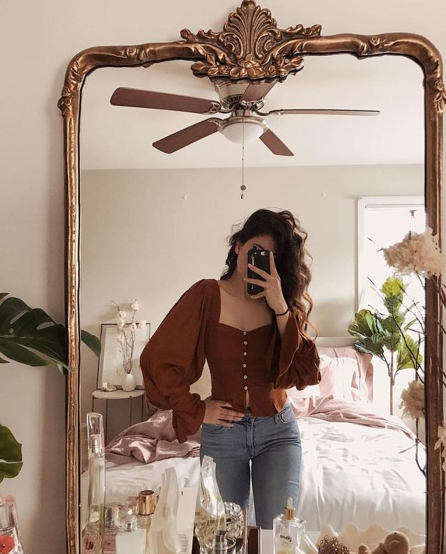 只要你家中有一塊全身鏡或優雅的裝飾鏡,再佈置一下背景,足不出戶就可以影到「instagram-able」的對鏡自拍打卡照