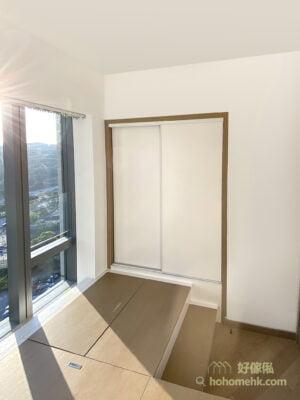 睡房地台床連衣櫃設計, 入牆衣櫃可用盡睡房不規則位置