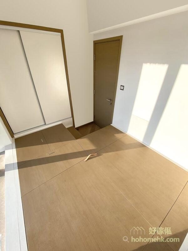 睡房地台床連衣櫃設計, 增加地台的儲物空間,將房間向上發展,令睡房的空間感增加。