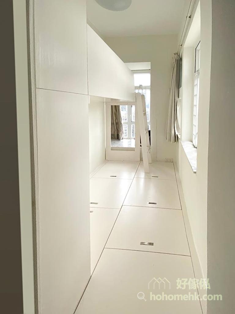 睡房的上下格床, 碌架床連儲物地台及衣櫃, 狹長型佈局配全房地台可平衡房間的視覺效果