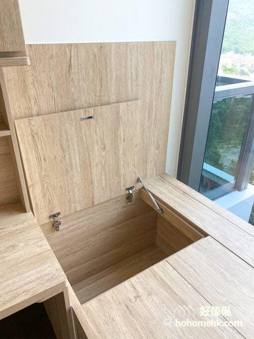 睡房的地台床連書櫃衣櫃連成一體, 提供足夠的收納功能又美觀