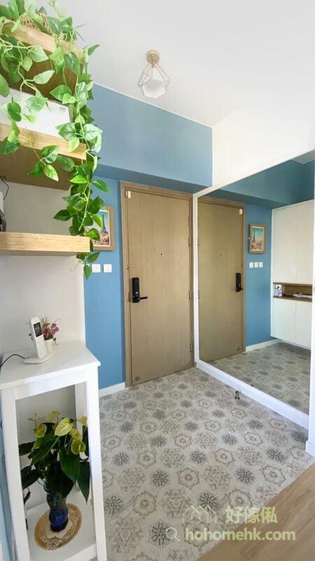在玄關裝上鏡子,可以令空間看起來更寬敞明亮