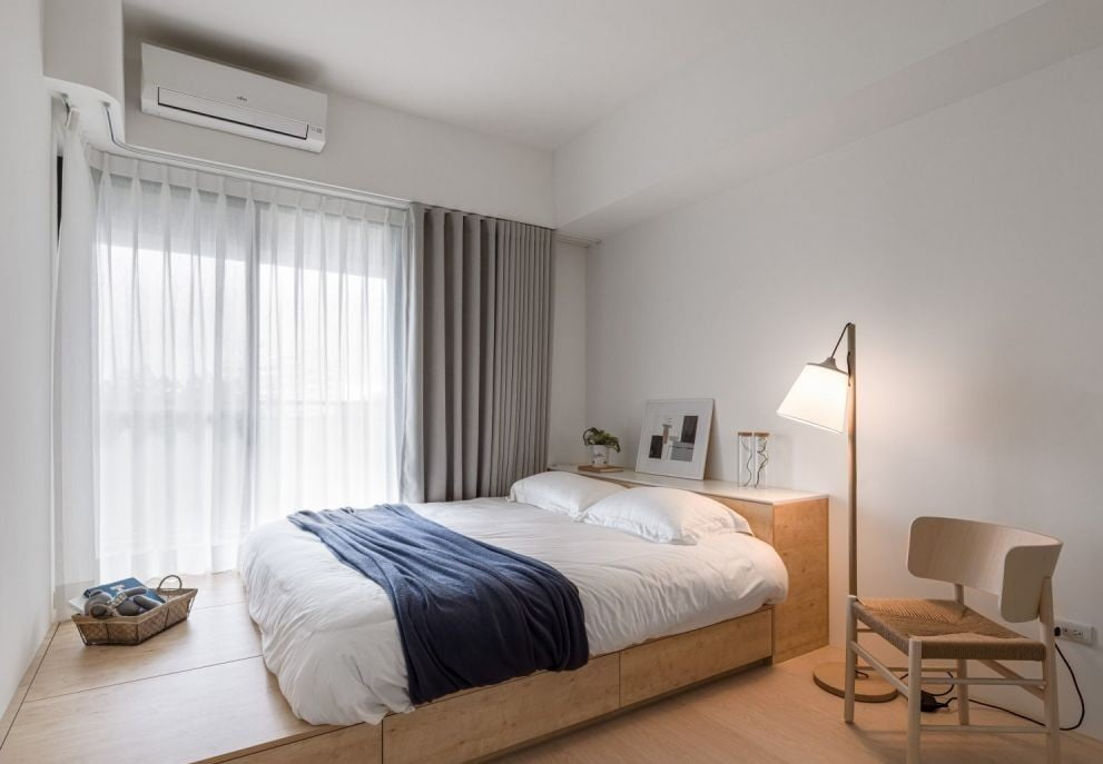 睡房內的木色傢俬變出療癒的空間