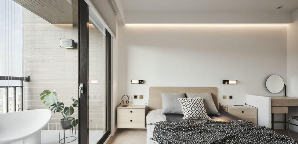 睡房牆身通常都是佔據房間最大的面積,想放大視覺空間的話建議以柔和的淺色為主,也讓人更為放鬆