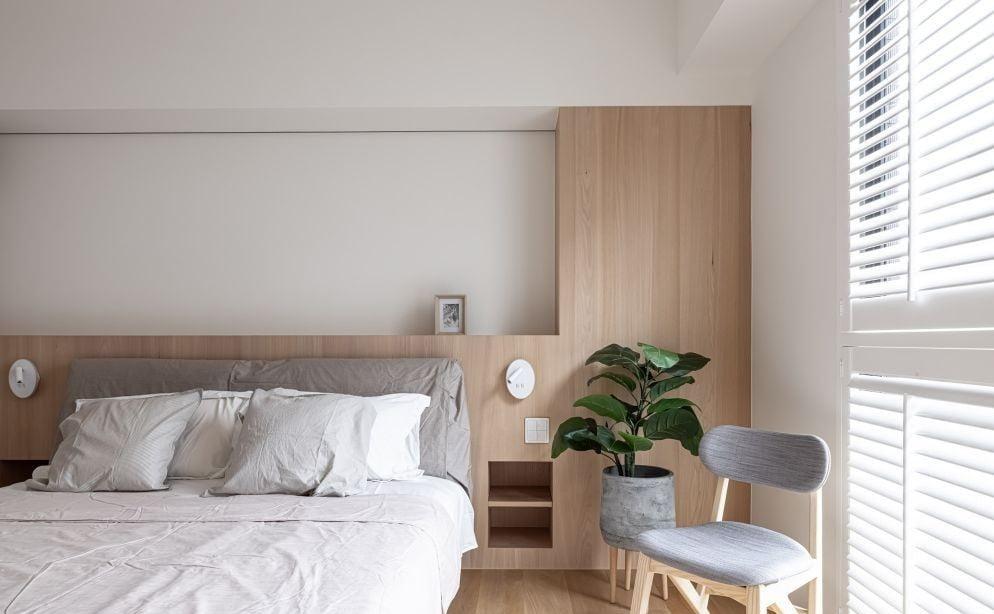 淺木色與白色配搭出睡房自然的優雅感