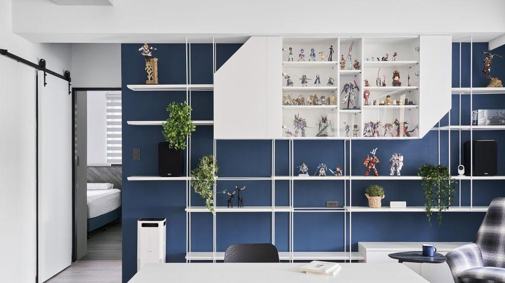 客廳的玻璃吊櫃可以讓空間的視覺感變得更精彩