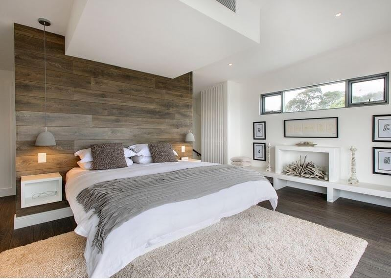 用木飾板當做床頭板,除了裝飾作用外,也讓牆身得到保護,給睡房帶來了溫馨質感,令人感覺更舒服一些
