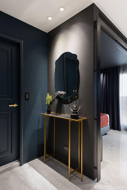 玄關的鏡子讓你在出門前可以作最後的整理